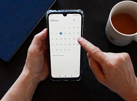 Immagine mani che digitano su un cellulare
