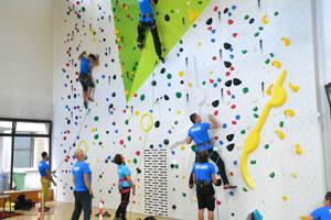 Immagine parete di arrampicata con 2 istruttori
