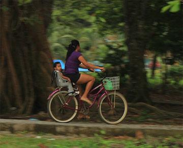 madre in bicicletta