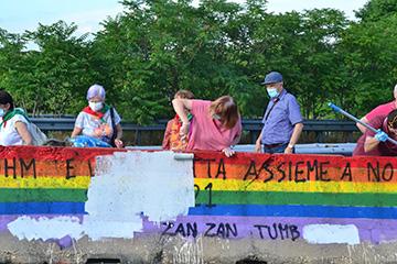 Lissone  Comunicato stampa   Bandiera rainbow sfregiata con scritte naziste: i Sindaci di Lissone, Desio e Seregno ridipingono l'arcobaleno