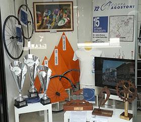 Immagine vetrina con i trofei per la 72^ edizione della Coppa Agostoni