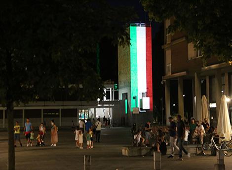 Palazzo Terragni illuminato col tricolore italiano