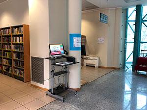 Immagine postazione self-check all'interno della biblioteca