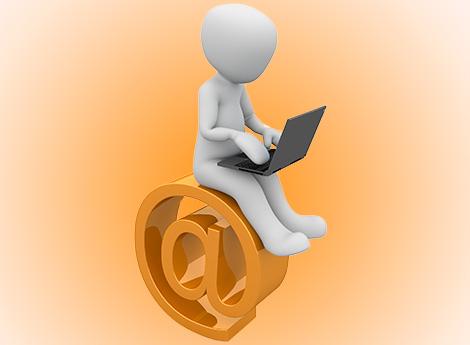 Immagine omino che scrive mail