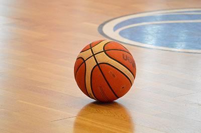 Pallone su campo da basket