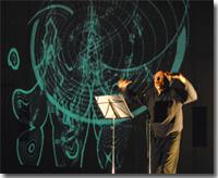 Fotografia dell'artista durante uno spettacolo