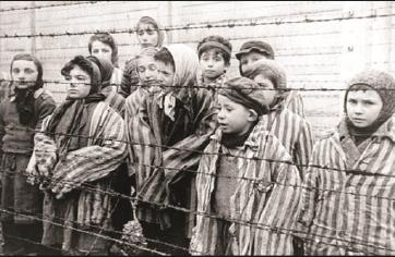 giovani in un campo di concentramento
