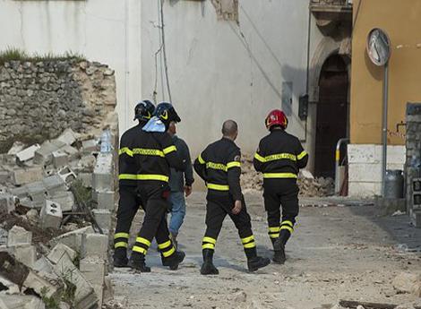 squadra vigili fuoco in situazione di emergenza