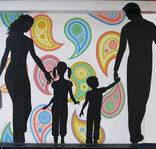 Immagine sagome genitori con figli piccoli su sfondo colorato