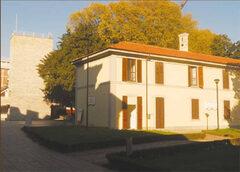 L'edificio visto da via Paradiso - La conformazione dell' aiuola riproduce la pianta dell'ala demolita nel 1963