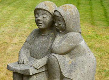 Statua bambini che leggono